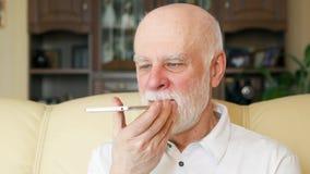 老人在家使用手机 教授谈话在机动性 在退休以后的活跃现代生活 股票录像