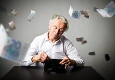 老人在白色和空的钱包里 会计科目和税务 库存照片