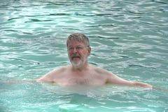 老人在蓝色盐水湖 库存图片