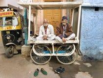 老人坐推车,乔德普尔城,印度 库存图片
