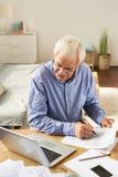 老人填装的应用在家 库存照片