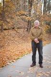 老人外面秋天的 免版税库存图片