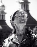 老人妇女在Kyiv,乌克兰的心脏观看视域 免版税库存照片
