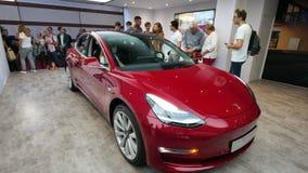 老人尝试的最新tesla模型3红色汽车 影视素材