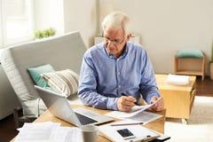 老人屑子税报告在家 库存图片