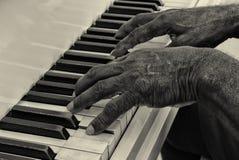 老人弹钢琴 免版税库存照片