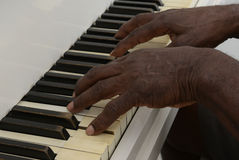 老人弹钢琴 库存照片
