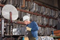 老人当铸造厂工作者 免版税库存图片