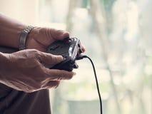 老人戏剧由控制杆的比赛控制台 免版税库存照片