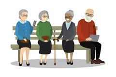 老人或领抚恤金者坐长凳 库存照片