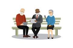 老人或领抚恤金者坐长凳 免版税库存照片
