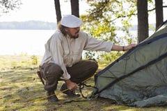 老人投帐篷 免版税库存照片