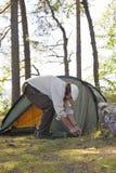 老人投帐篷 免版税库存图片
