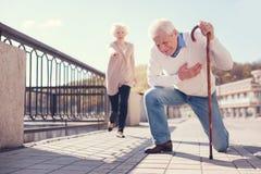 老人有心脏病发作在街道 免版税图库摄影