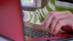 老人特写镜头照片有看聚焦计算机屏幕的白发的单独坐,红砖背景 股票录像