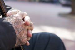 老人用一拐棍 免版税库存照片