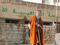 老人用在耶路撒冷街道上的一根棍子  免版税库存照片