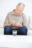 老人用疗程和水 免版税库存照片