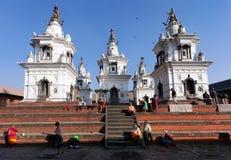 老人的休养所在Pashupatinath 免版税库存图片
