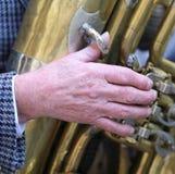 老人的手播放伸缩喇叭黄铜 库存照片