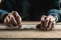 老人的手 免版税库存照片