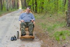 老人睡觉休息在森林里 库存图片