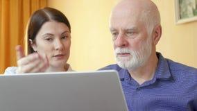 老人谈话与财政顾问 女性顾问解释的资深客户他的养老金计划 股票录像