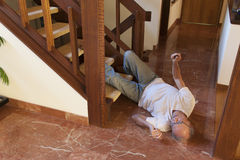 老人跌倒了台阶 库存照片