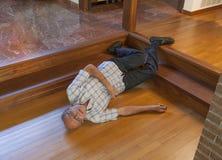 老人跌倒了台阶 免版税库存图片