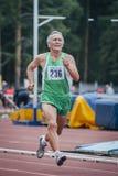 老人跑100米 免版税图库摄影
