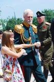 老人跳舞与一个十几岁的女孩 免版税库存图片