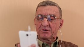 老人通过智能手机沟通 有移动电话的人 影视素材