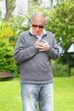 老人遭受的心脏病发作 免版税库存图片