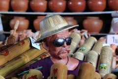 老人雕塑佩带的帽子和Sunglass 库存照片