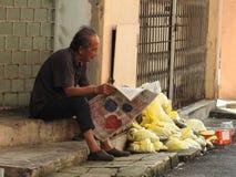 老人读书报纸在吉隆坡马来西亚 免版税图库摄影