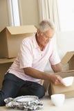老人移动的家和包装盒 免版税库存图片