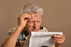 老人读取 免版税库存图片