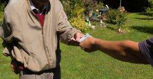 老人` s递拿着欧洲钞票 奋斗的领抚恤金者 免版税库存照片
