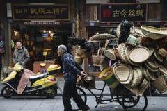 老人draging的三轮车 图库摄影
