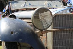 老优等的奔驰车未恢复的特写镜头 图库摄影