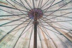 老伞低角度视图  免版税图库摄影