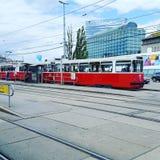 老传统有轨电车在维也纳等候乘客 免版税图库摄影