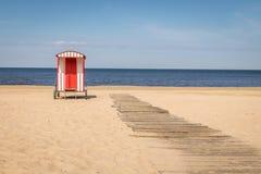 老传统海滩的海滩小屋更衣室 免版税库存图片