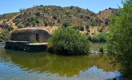 老传统watermills在Azenhas的瓜迪亚纳河 mer 图库摄影