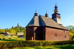 老传统斯洛伐克木教会,斯洛伐克风景看法  免版税库存照片