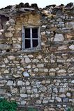 老传统木窗口在一个被破坏的鹅卵石房子里 免版税库存照片