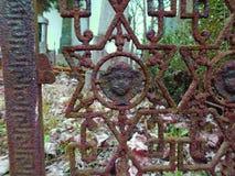 老伪造的十字架和犹太标志 免版税库存照片
