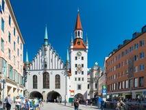 老位于慕尼黑,德国中心广场的城镇厅  库存图片