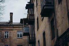 老住宅公寓的墙壁和Windows 免版税库存图片