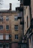 老住宅公寓的墙壁和Windows 免版税库存照片